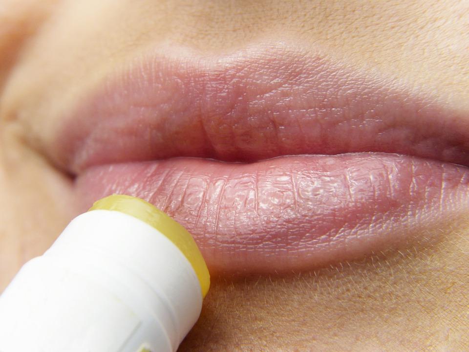opryszczka usta makijaż